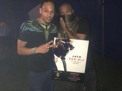 Jayh ontving zaterdag een gouden plaat voor de single 'Van Mij'